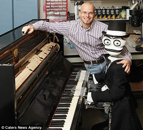 Teotronico有19根手指,发明人马特奥-苏兹表示这一手指数量是Teotronico能够演奏所有曲调同时速度超过人类的最佳之选