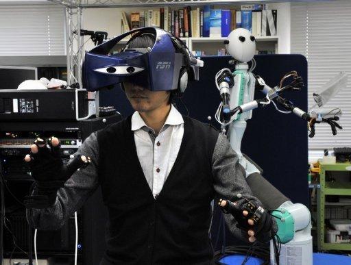 一名操作者正佩戴着全套装备,他可以控制机器人的动作,而与此同时也能感受到机器人的感受。这一进展让人们朝着电影《阿凡达》中呈现的场景又迈近了一步